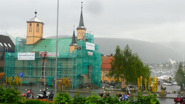 Derzeit wird das Dach der katholischen Domkirche von Tromsö repariert – mit finanzieller Unterstützung u.a. durch das deutsche Bonifatiuswerk und die Erzdiözese München und Freising.